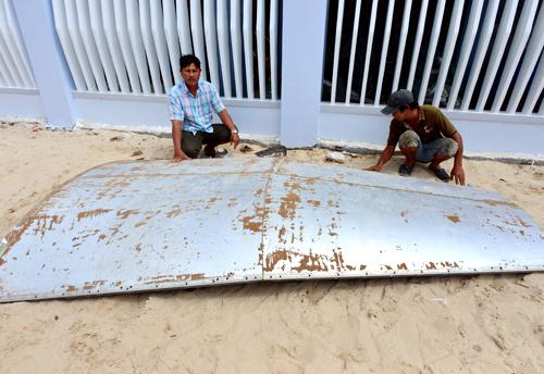 Mảnh vỡ nghi của máy bay ở biển Khánh Hòa 1