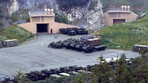 Bức ảnh chụp năm 1997 cho thấy lối vào hang This 1997 aerial photo shows the entrance of a US military cave in Norway.