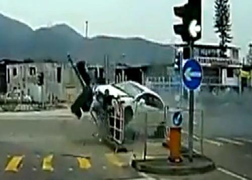 Người đi bộ thoát chết trong tích tắc 3