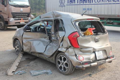 Hai ôtô nát tươm sau cú đâm liên tiếp của xe container 2
