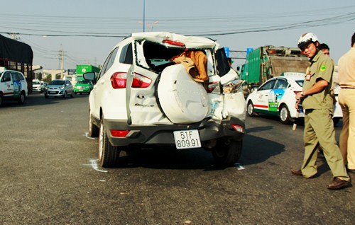 4 người kêu cứu trong ôtô bị húc biến dạng 1