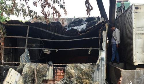Đốt rác gây cháy lan gara ôtô ở Sài Gòn 2