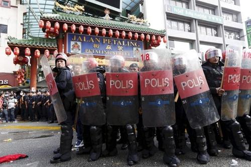 Cảnh sát chống bạo động Malaysia. Ảnh: Reuters.