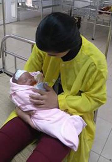 Bé gái một tháng tuổi suýt mất mạng vì sưởi ấm bằng than 1