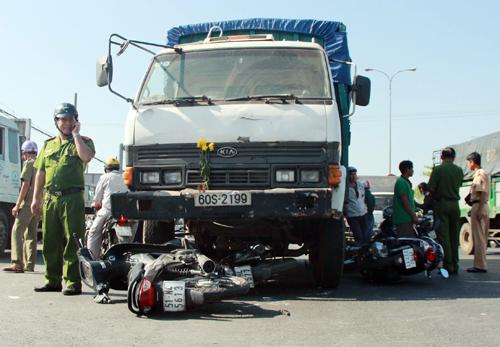 Ôtô đâm hàng loạt xe máy ở Sài Gòn, 10 người bị thương 1