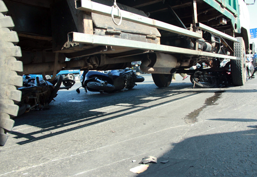 Ôtô đâm hàng loạt xe máy ở Sài Gòn, 10 người bị thương 2