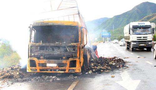 Tài xế bất lực nhìn ôtô chở 2.000 thùng mì tôm cháy rụi 1