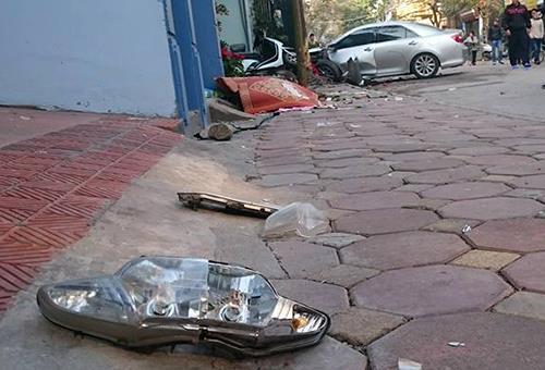 Xe Camry gây tai nạn liên hoàn, 3 người chết 2