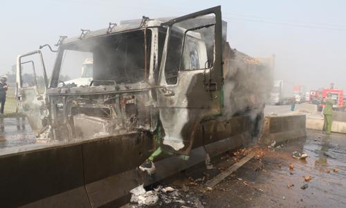 Xe tải bốc cháy ngùn ngụt sau va chạm với ôtô khách 2