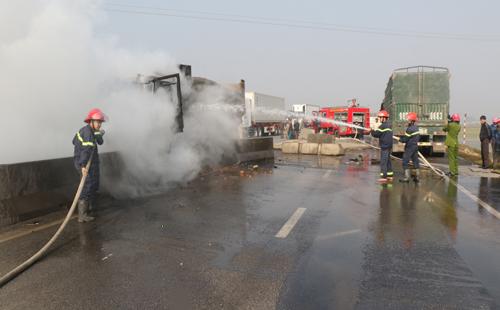 Xe tải bốc cháy ngùn ngụt sau va chạm với ôtô khách 1