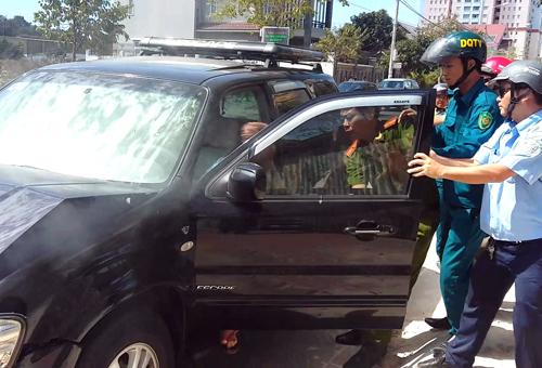 Người phụ nữ đâm ôtô vào xe đoàn kiểm tra xây dựng