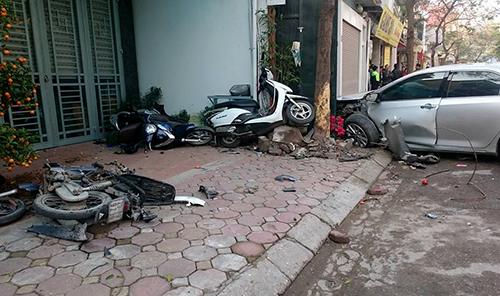 Xe Camry gây tai nạn liên hoàn, 3 người chết 1