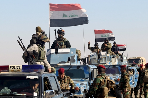 Members of Iraqi security forces are deployed at the border between Iraq and Saudi Arabia, February 17, 2016. Picture taken February 17, 2016. REUTERS/Alaa Al-Marjani