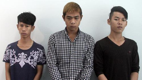 Nhóm thanh niên ném hàng chục 'bom xăng' vào UBND xã