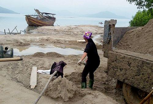 Người tố cáo cát tặc bị đánh ngất xỉu 2