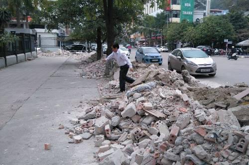 Chi cục thuế bị vây kín bởi phế thải xây dựng 2