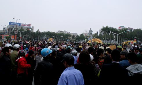 Đại lộ lớn nhất Thanh Hóa tắc nghẽn vì hàng trăm người tràn xuống đường