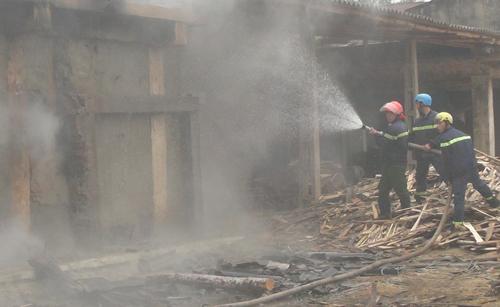 Xưởng chế biến gỗ hơn 1.000 m2 bốc cháy 2