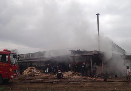 Xưởng chế biến gỗ hơn 1.000 m2 bốc cháy 1