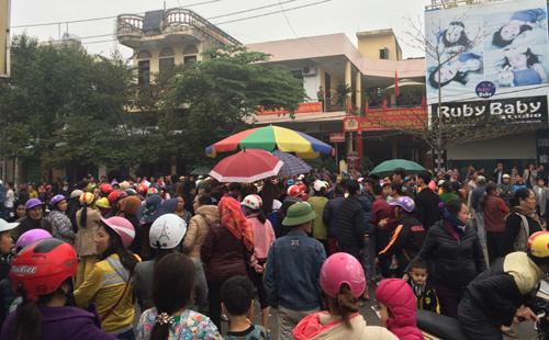 Nghi vấn súng nổ, người dân vây trụ sở thị xã Sầm Sơn