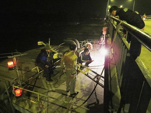 Tàu 3.000 tấn kẹt dưới gầm cầu 2