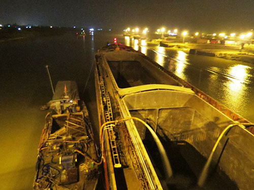 Tàu 3.000 tấn kẹt dưới gầm cầu 1