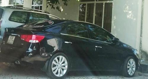 Chiếc ôtô được bà Trinh căng băng rôn bêu tên cán bộ giễu phố ngày 16/2. Ảnh: A.X