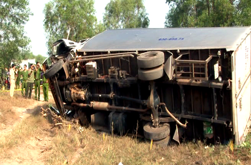 Tai nạn đầu xe ô tô khách nát bươm