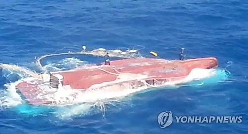 Tàu cá Hàn Quốc chở các thuyền viên Việt bị lật úp. Ảnh:Yonhap
