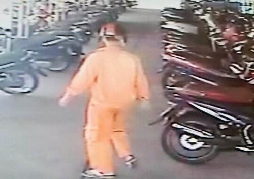 Tên trộm bị camara ở siêu thị ghi hình.