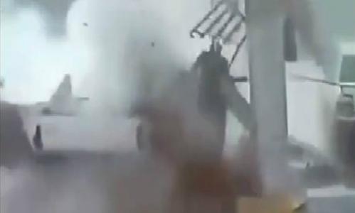 Xe bán tải bất ngờ nổ tung khi đang đổ xăng 1
