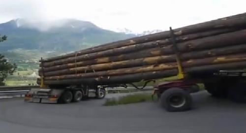 Xe chở gỗ vào cua tay áo tài tình 1