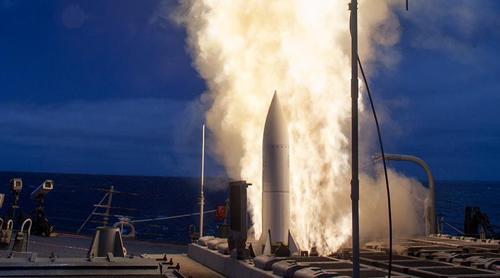 Tên lửa diệt hạm SM-6 đánh đắm tàu chiến từ phát bắn đầu tiên 1