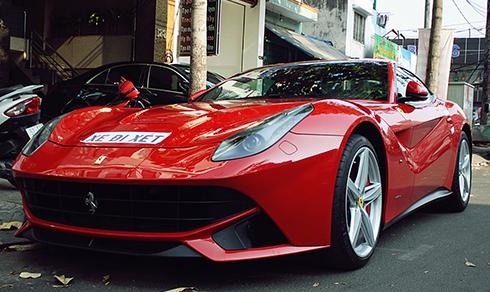 Siêu xe Ferrari F12 Berlinetta rực rỡ trên phố Sài Gòn 1