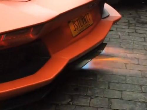 Siêu xe Aventador Roadster phun lửa như đèn khò 1