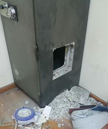 Két sắt bị khoan thủng để trộm tiền. Ảnh:SPF