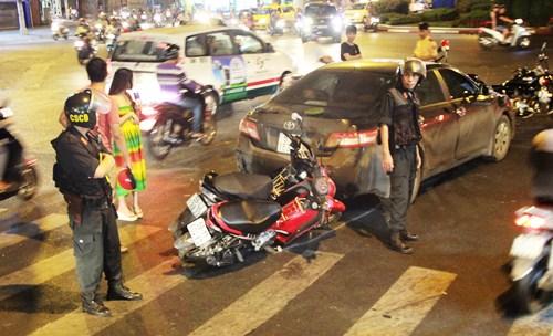 Ôtô Camry húc 4 xe máy giữa vòng xoay Sài Gòn 1