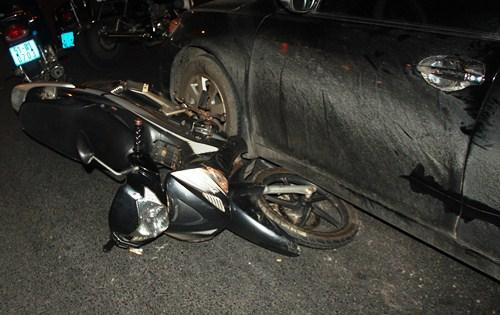 Ôtô Camry húc 4 xe máy giữa vòng xoay Sài Gòn 2