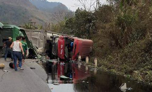 3 người chết, 26 người bị thương khi xe bồn tông nát xe khách 2
