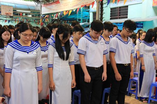 Buổi chào cờ tưởng niệm chiến sĩ Gạc Ma của học sinh Sài Gòn
