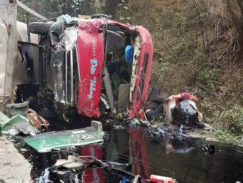 3 người chết, 26 người bị thương khi xe bồn tông nát xe khách 1