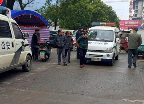 Cô gái Việt nhảy khỏi ôtô kéo áo cảnh sát Trung Quốc kêu cứu 1