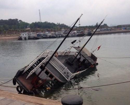 Tàu du lịch đắm trên vịnh Hạ Long 1
