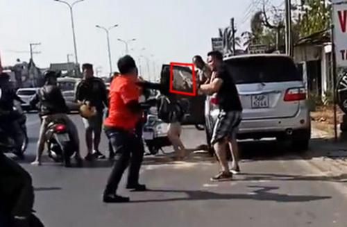 Nhóm phượt lao vào đánh tài xế ôtô sau va quẹt 1