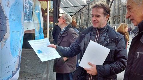 Anh Beat Debrunner, người bạn của hội Việt nam tại Zurich nhiệt tình giải thích cho những người quan tâm về tình hình biển Đông và chủ quyền của Việt Nam.