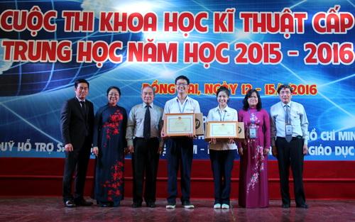 Hai học sinh trường THPT Chuyên Lê Hồng Phong (TP HCM) được giải nhất chung cuộc. Ảnh: Phước Tuấn