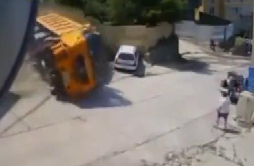 Hậu quả khôn lường khi đi gần xe tải 1