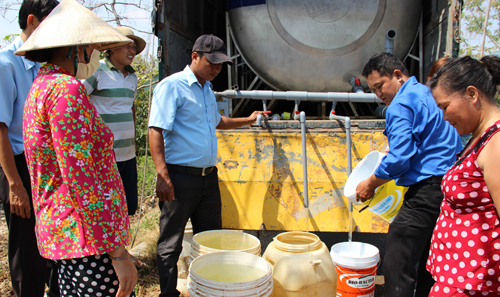 Xe bồn đưa nước sạch về vùng nông thôn phục vụ người dân. Ảnh: A.X