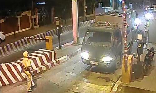 Cảnh sát giao thông TP Biên Hòa phải nhờ xe tải cản đường chạy ôtô chở 'hàng nóng'. Ảnh: Camera trạm thu phí Hóa An