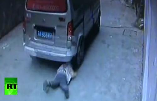 Bé trai 4 tuổi thoát chết dưới gầm ôtô 1